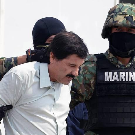 El Chapo é levado por autoridades da Marinha para se apresentar à imprensa em fevereiro de 2014, após ser preso. Ele fugiu da prisão em julho de 2015 Foto: ALFREDO ESTRELLA / AFP