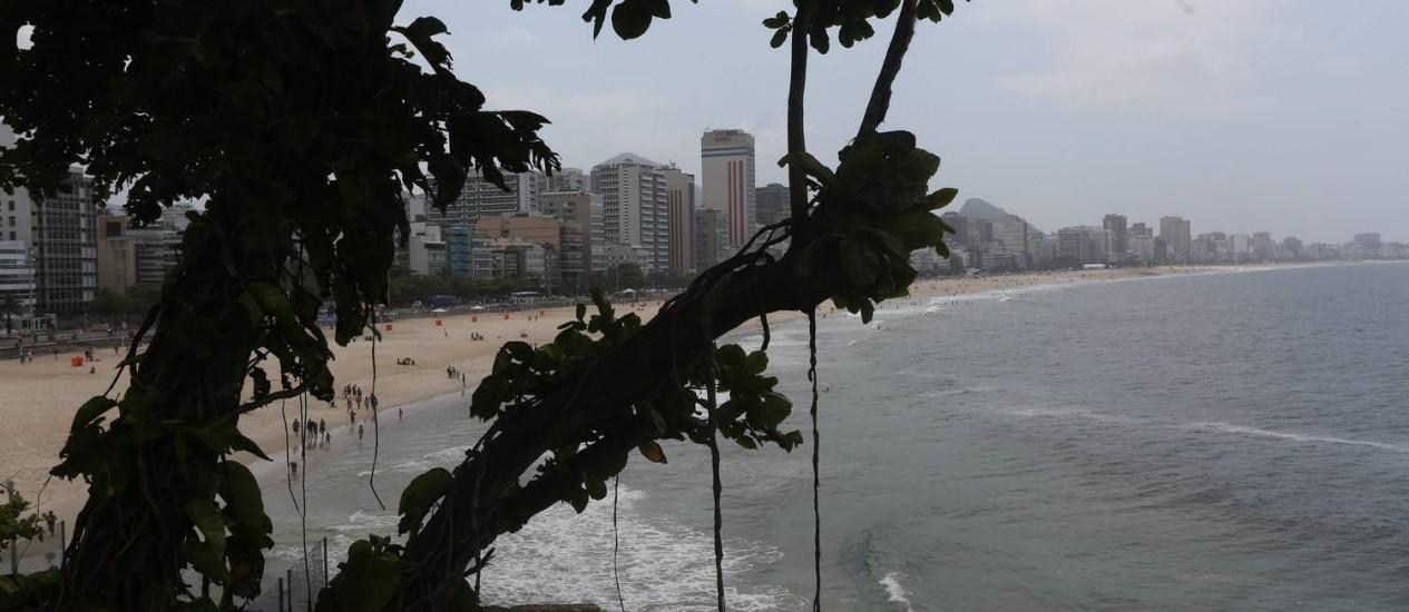 No Leblon, o sol apareceu entre nuvens, o que deixou a praia vazia Foto: Custódio Coimbra / Agência O Globo