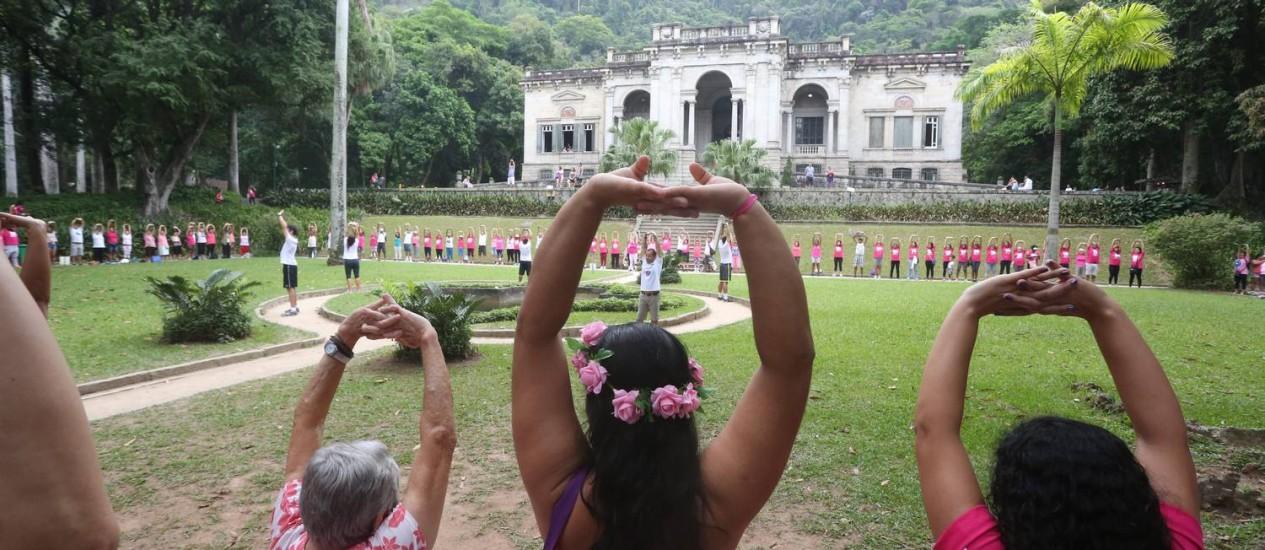 Alerta contra o câncer de mama no Parque Lage Foto: Custódio Coimbra / Agência O Globo