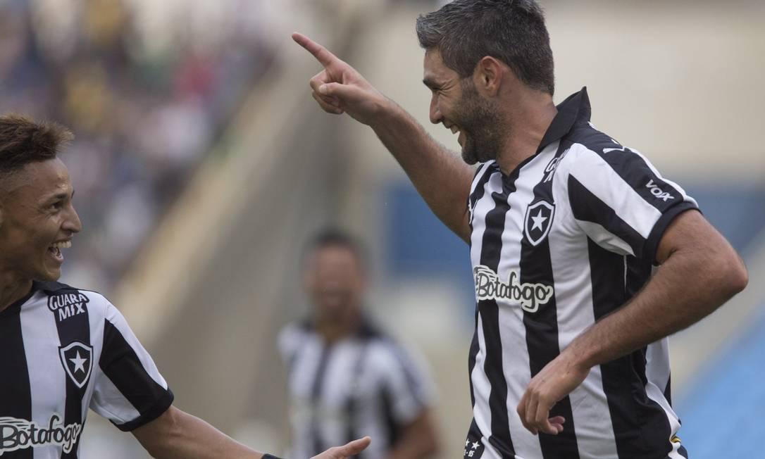 Navarro comemora com Neilton o seu segundo gol, e da partida, que deu ao Botafogo a vitória por 4X0 sobre o Bragantino, no Engenhão ANTONIO SCORZA / Agência O Globo
