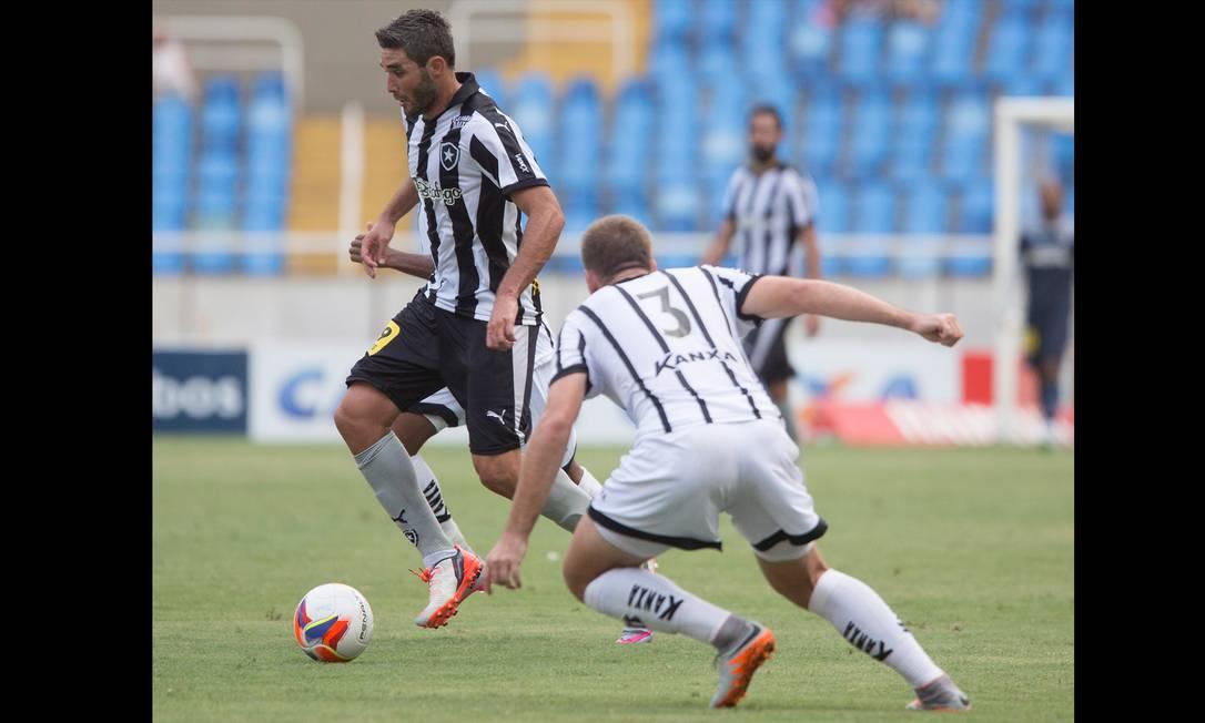 Navarro domina a bola na partida contra o Bragantino, no Engenhão ANTONIO SCORZA / AGENCIA O GLOBO