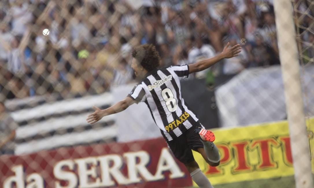 Arão corre para o abraço ANTONIO SCORZA / Agência O Globo