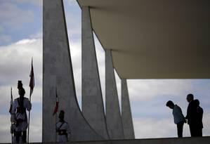Reverência. A presidente Dilma espera pela chanceler alemã na rampa do Palácio do Planalto: só com os palácios em Brasília e as viagens da presidente, custo é de R$ 390 milhões por ano Foto: Ueslei Marcelino/Reuters