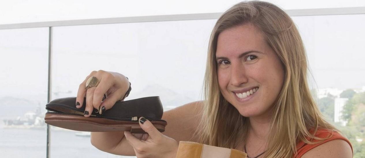 Três em um. Renata Paraense mostra o sapato que pode ser usado como bota, sapatilha e sandália rasteira Foto: ANTONIO SCORZA / Agência O Globo