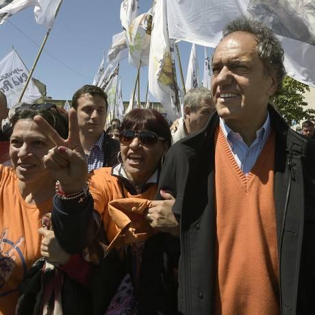 Canditado à Presidência da Argentina, o prefeito de Buenos Aires Daniel Scioli faz campanha pelas ruas e reforça a linha peronista Foto: JUAN MABROMATA / AFP