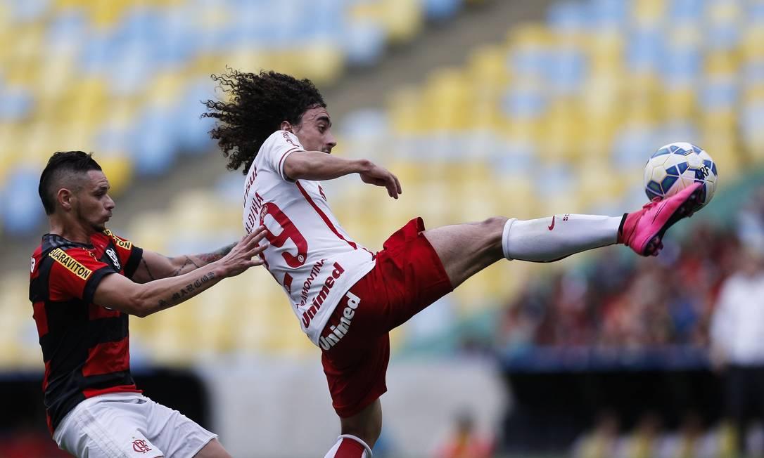 Valdívia, do Inter, domina a bola, marcado por Pará Alexandre Cassiano