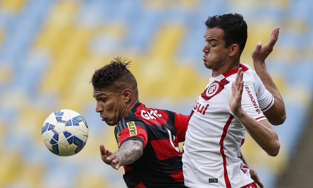 Guerrero sofre a marcação de Réver, do Inter Alexandre Cassiano