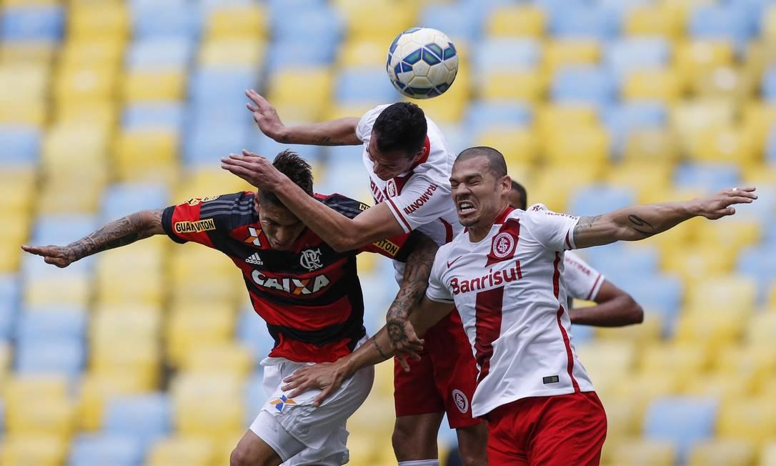 Guerrero disputa a bola com Réver e Nílton Alexandre Cassiano / Agência O Globo