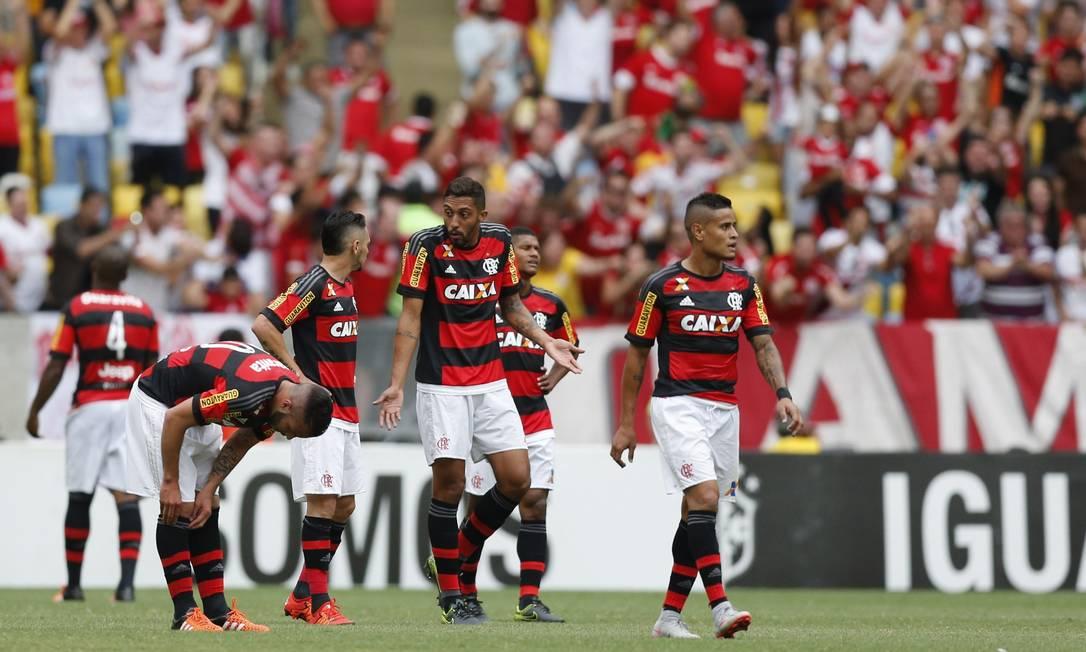 César Martins conversa com Pará no gramado Alexandre Cassiano / Agência O Globo