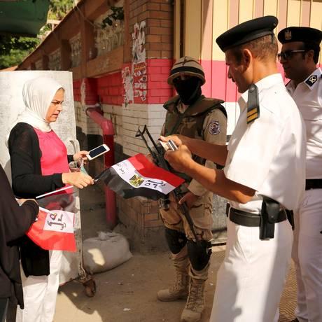 Policiais comandam votação em Alexandria Foto: ASMAA WAGUIH / REUTERS