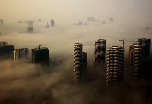 Edifícios em construção entre névoa em Rizhao, na província de Shandong, China Foto: CHINA STRINGER NETWORK / REUTERS