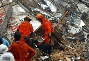 Explosão destrói imóveis em São Cristóvão Foto: Gabriel de Paiva / O Globo