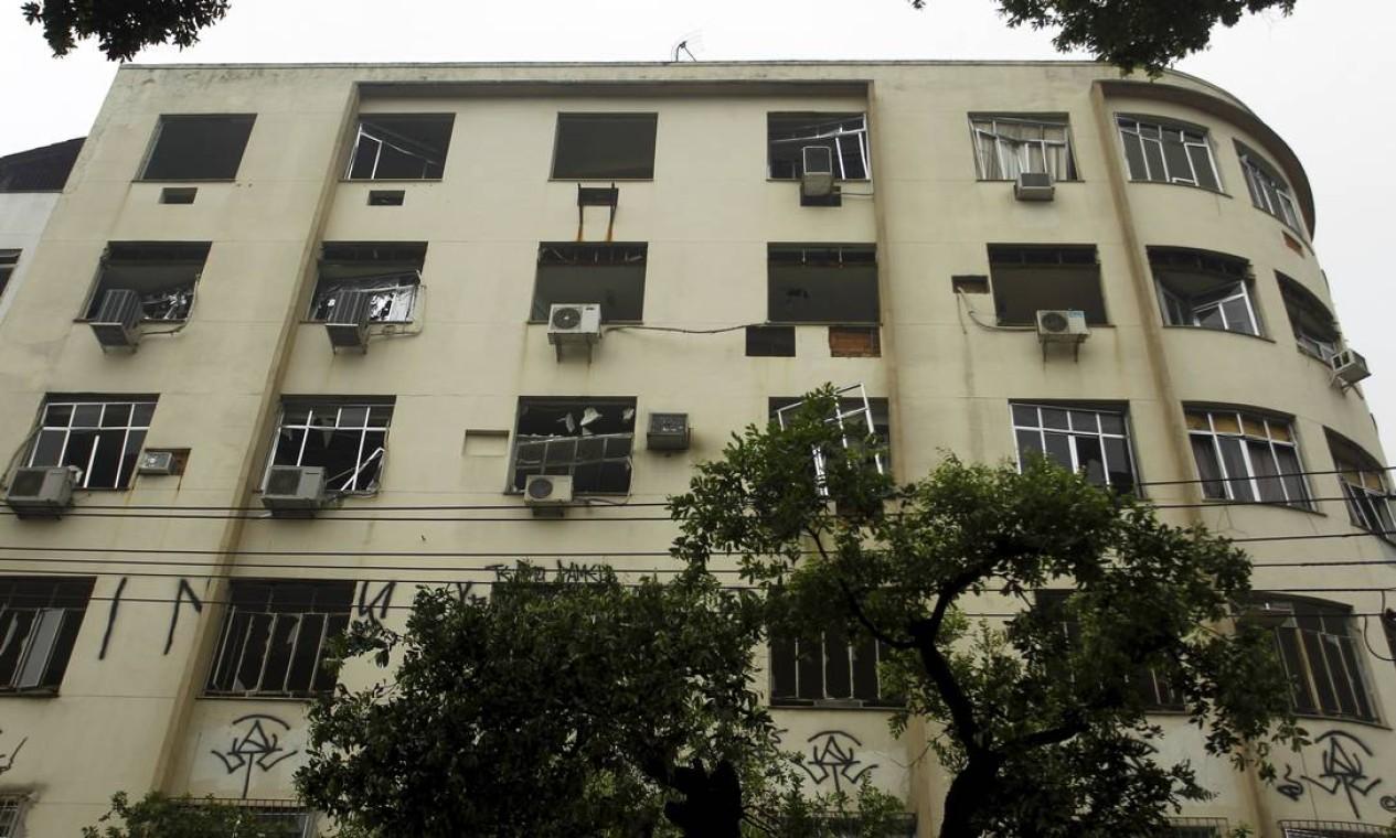 Prédio em frente ao local da explosão teve as janelas destruídas Foto: Gabriel de Paiva / Agência O Globo