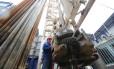 Trabalhador em plataforma de exploração de petróleo em Almetyevsk, na Rússia