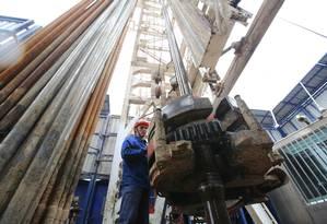 Trabalhador em plataforma de exploração de petróleo em Almetyevsk, na Rússia Foto: Andrey Rudakov / Bloomberg News