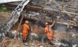 Bombeiros trabalham no resgate dos sobreviventes da explosão em São Cristóvão