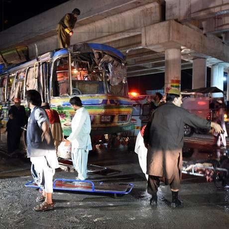 Dezenas de pessoas estavam a bordo do ônibus em Quetta quando ele explodiu Foto: BANARAS KHAN / AFP