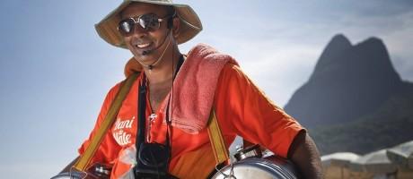 Ícones das praias cariocas, os vendedores de mate são bens imateriais desde 2012 Foto: Guito Moreto 16-01-2014 / Agência O Globo