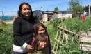 Maria Melgarejo e duas de suas quatro filhas no assentamento onde mora na Grande Buenos Aires Foto: Janaína Figueiredo / O Globo