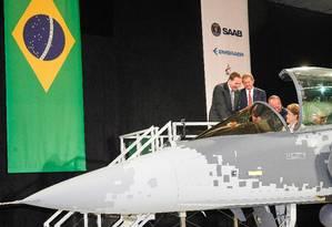 Dilma entra em um caça Gripen, na Saab: durante visita à Suécia Foto: Roberto Stuckert Filho/PR