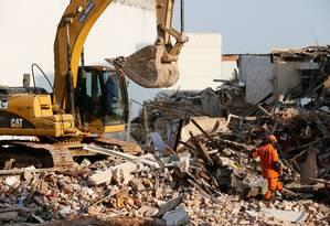 Bombeiros e operários da prefeitura buscam vítimas da explosão e pertences dos moradores em São Cristóvão Foto: Pablo Jacob / O Globo