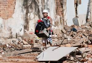 Jair Cordeiro da Silva retira tudo que sobrou de sua casa Foto: Pablo Jacob / Agência O Globo