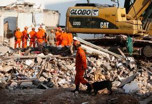 Bombeiros trabalham na busca de vítimas e de pertences dos moradores Foto: Pablo Jacob / O Globo