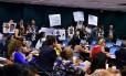 Manifestantes protestam contra mudanças no Estatuto do Desarmamento em discussão na comissão especial