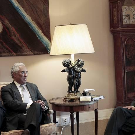 Costa (esquerda) ofereceu a Cavaco Silva disposição para formar o governo Foto: HUGO CORREIA / REUTERS