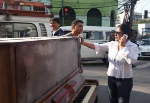 Mulher encontra piano intacto após explosão em São Cristóvão Foto: Elenilce Bottari / O Globo