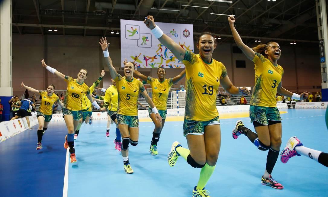 Jogadoras da seleção brasileira festejam a medalha de ouro nos Jogos Pan-Americanos de Toronto-2015, após triunfo sobre a Argentina Foto: AL BELLO / Al Bello/AFP/24-07-2015
