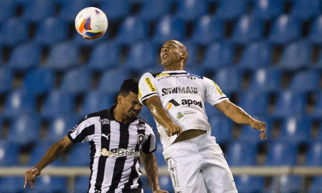 Rodrigo Lindoso, do Botafogo, disputa a bola com um jogador do Ceará Guito Moreto