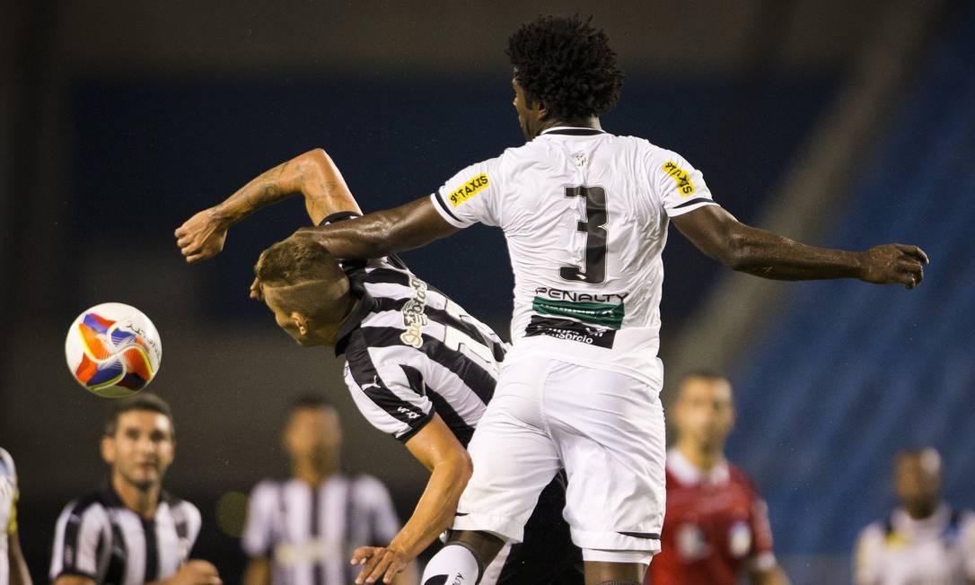 Octavio, substituído no intervalo, disputa bola com jogador do Ceará Guito Moreto / Agência O Globo