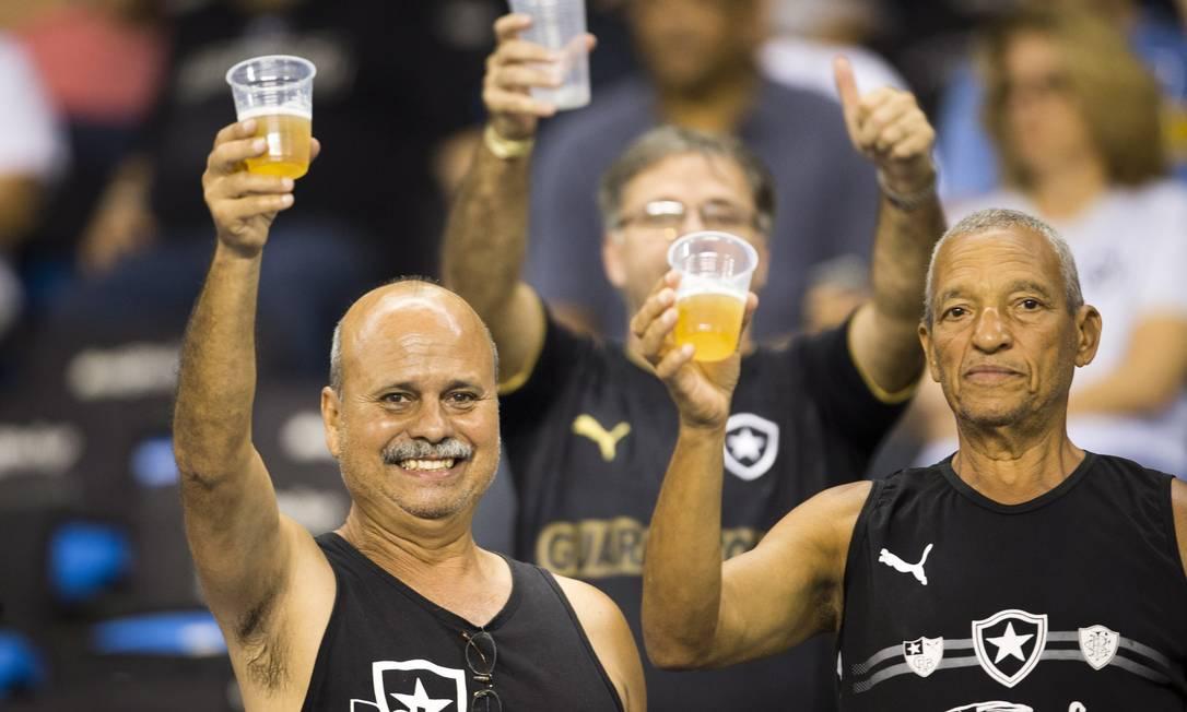 Torcedores do Botafogo comemoram a volta da cerveja aos estádios no Rio Guito Moreto / Agência O Globo