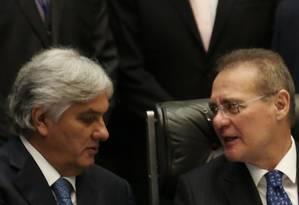 O senador Delcídio Amaral, à esquerda, com o presidente do Senado, Renan Calheiros Foto: Michel Filho / Agência O Globo