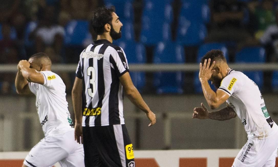 A desolação de Renan Fonseca, do Botafogo, com o gol do Ceará no Engenhão Guito Moreto