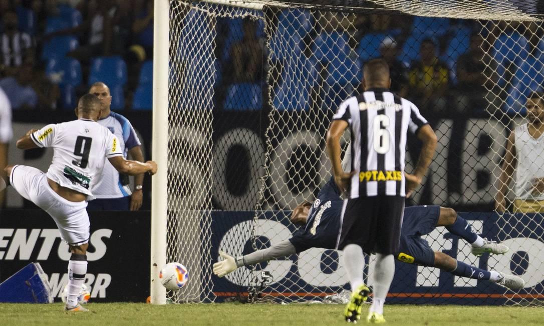 Rafael Costa cobrou o pênalti no canto direito de Jefferson Guito Moreto