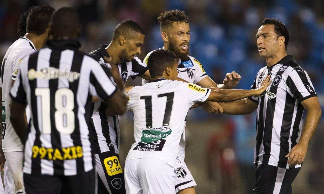 No fim do jogo, Daniel Carvalho, à direita, se estranhou com zagueiro do Ceará Guito Moreto