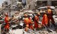 O trabalho nos escombros dos imóveis atingidos pela explosão ocorrida na madrugada de segunda em São Cristóvão: busca por vítimas foi encerrada