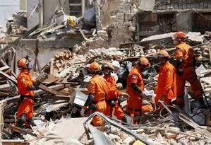 O trabalho nos escombros dos imóveis atingidos pela explosão ocorrida na madrugada de segunda em São Cristóvão: busca por vítimas foi encerrada Foto: Pablo Jacob / Agência O Globo