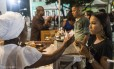 Movimento no famoso Acarajé da Dinha, um dos marcos do Rio Vermelho, em Salvador
