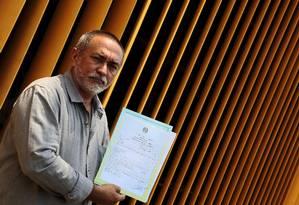 Epaminondas Oliveira Neto com a nova certidão de óbito do avô Foto: Ailton de Freitas / Agência O Globo