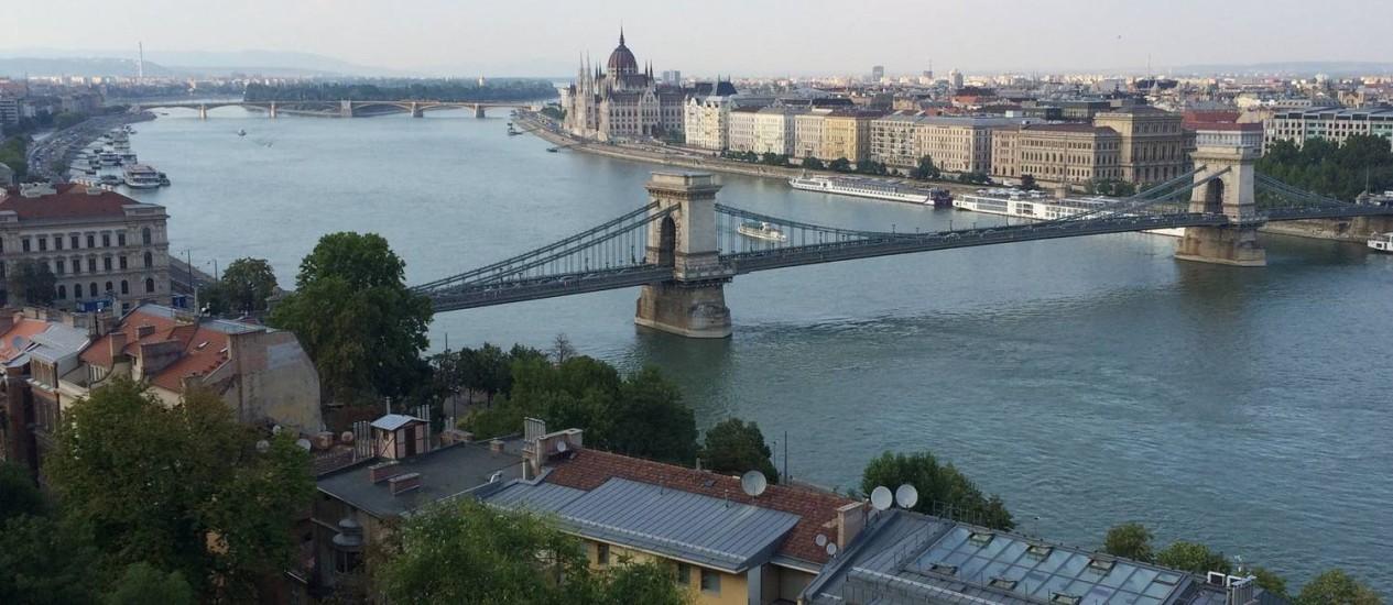 A Ponte das Correntes, sobre o Rio Danúbio, liga Peste a Buda, na capital da Hungria Foto: Zean Bravo / O Globo