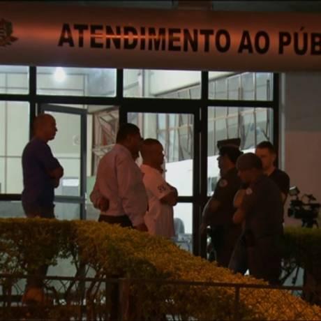 Confusão na porta da delegacia em São Paulo Foto: Reprodução da TV