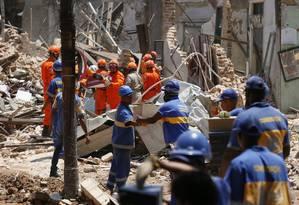 Agentes da prefeitura trabalham na retirada de escombros: mais de 1,5 mil toneladas de destroços foram recolhidas Foto: Pablo Jacob / Agência O Globo (20/10/2015)