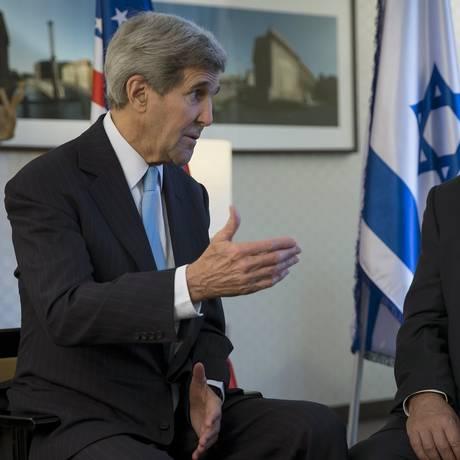 John Kerry, secretário de Estado americano, pediu ação de Israel além das condenações em encontro com Benjamin Netanyahu, primeiro-ministro do país Foto: Carlo Allegri / Reuters