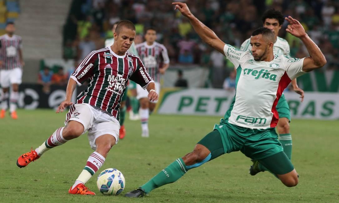 Marcos Junior condiuz a bola pelo Fluminense e tenta penetrar na defesa do Palmeiras Marcelo Theobald / Agência O Globo