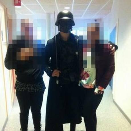 Foto tirada por um estudante mostra o agressor antes de atacar alunos e um professor em uma escola na Suécia Foto: AFP
