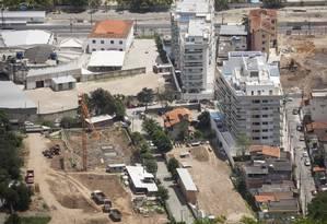 Três terrenos onde serão erguidos novos prédios: um na orla e dois na Rua Armando Lopes Foto: Agência O Globo / Hermes de Paula