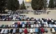 Muçulmanos oram do lado de fora do Domo da Rocha, no complexo da Esplanada das Mesquitas, em Jerusalém